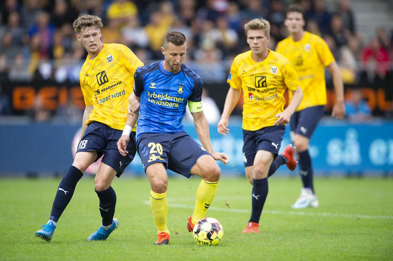 Brøndby IF's Kamil Wilczek i duel med Hobro IK's Christian Cappis.