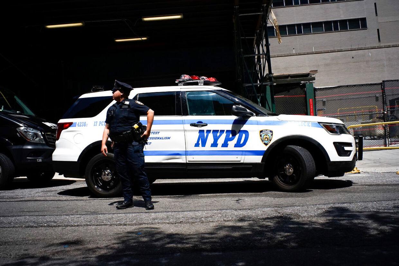 En betjent uden for hospitalet, hvor Epsteins lig blev undersøgt.