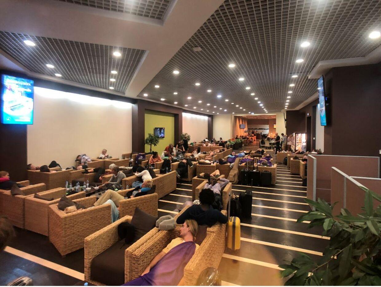 Sådan så der mandag morgen ud i business-loungen i Moskvas Lufthavn, hvor mange danske passagerer på vej hjem fra Thailand er strandet på grund af en sikkerhedslanding.