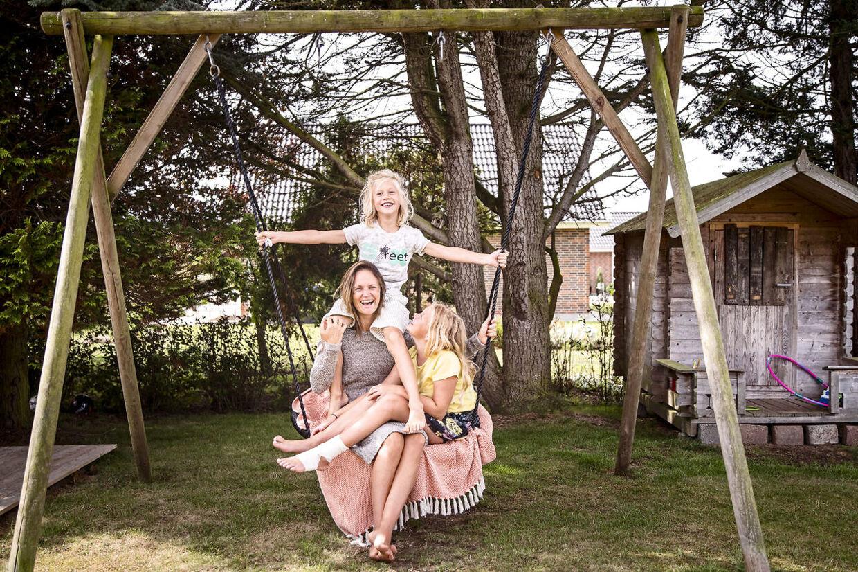 Pernille Neess Blix, Alberte og William i familiens have i Otterup på Fyn.