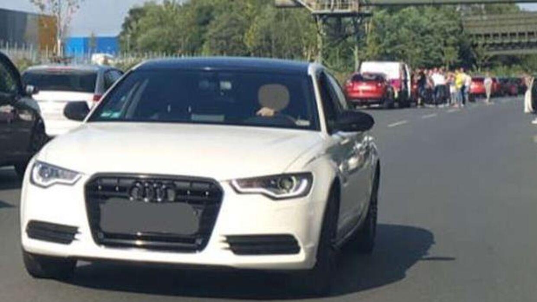 Den hvide Audi kørte i redningssporet mod trafikken for at komme væk fra trafikproppen. Foto: Andreas Pisarki