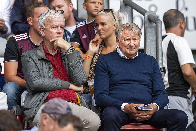 Henk Veldmate, chefscout hos Ajax, og Ajax' danske scout, John Steen Olsen, i Parken i fredags.