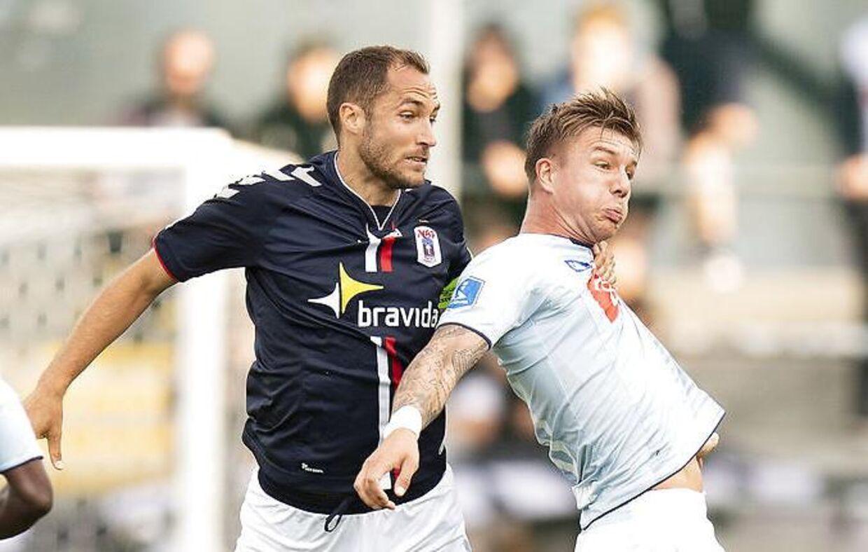 AGF's Niklas Backman i duel med Sønderjyske-angriberen Mart Lieder.