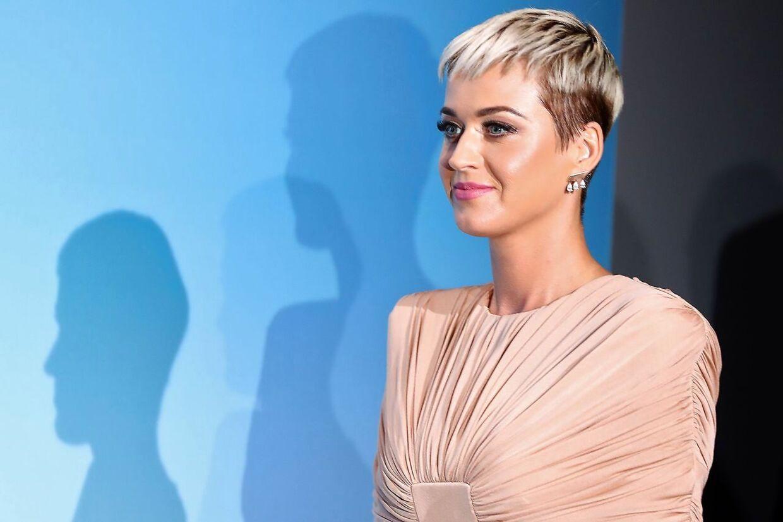 Katy Perry bliver beskyldt for dybt grænseoverskridende adfærd.