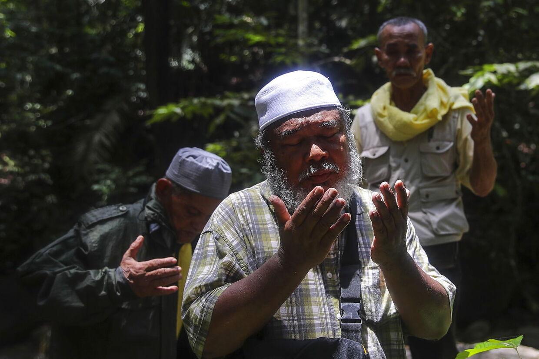 Flere lokale shamaner deltager i eftersøgningen af Nora. Her er det 'Bomoh', som beder for pigen.