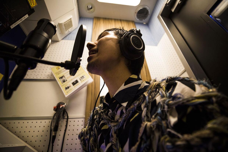 En mand synger karaoke.