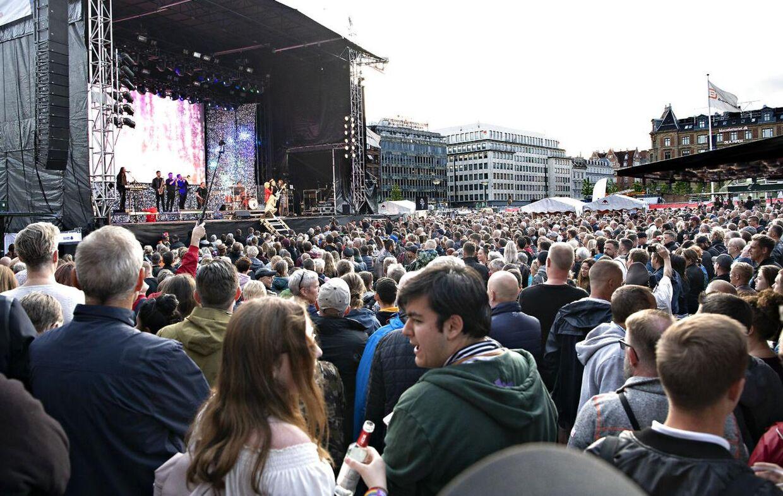 Flere tusind mennesker var mødt op for at se Birthe Kjær og bandet 'Feel Good Band'