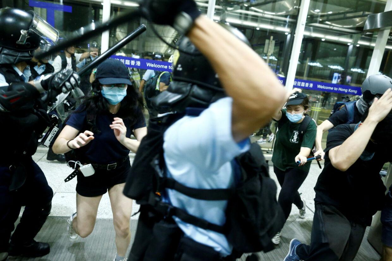 Tirsdagens demonstration i lufthavnen i Hongkong endte med voldelige sammenstød mellem politi og demonstranter. Thomas Peter/Reuters