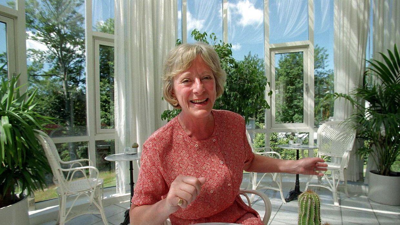Inge Corell fortæller, at håndled på spisebordet er i orden, hvis albuerne bliver væk.