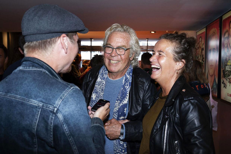 Jørgen Leth kæmper med bentøjet og har derfor sin datter, filmproducer Karoline Leth, ved sin side.