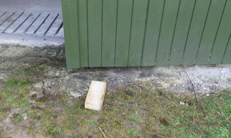 Her er den mursten, som tyvene havde sat i spænd i garageporten.