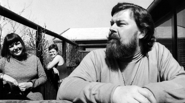 Sanger og musiker John Mogensen ses her med sin kone Ruth Mogensen og datteren Minna Mogensen i baggrunden.