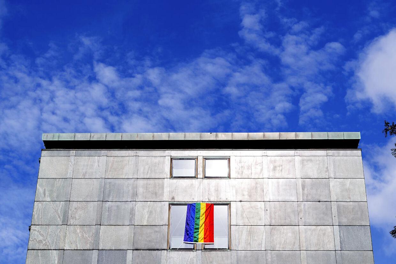 Ministeriets bygninger er også pyntet med regnbueflag i anledning af Priden.