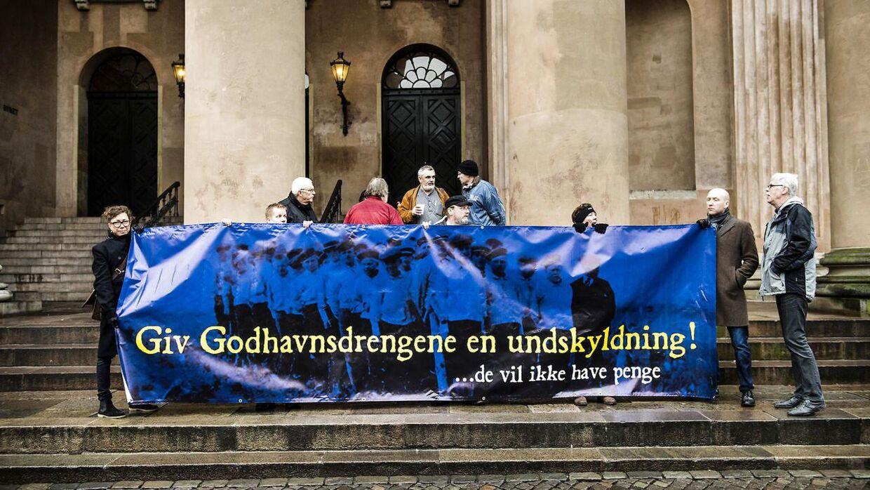 Arkivfoto: En gruppe drenge, der fra 1945 til 1976 blev udsat for fysisk og psykisk misbrug på børnehjemmet Godhavn i Nordsjælland, har i omkring ti år forsøgt at rejse sag mod socialministeren for derigennem at opnå en officiel undskyldning. Her ses de til en demonstration i København.