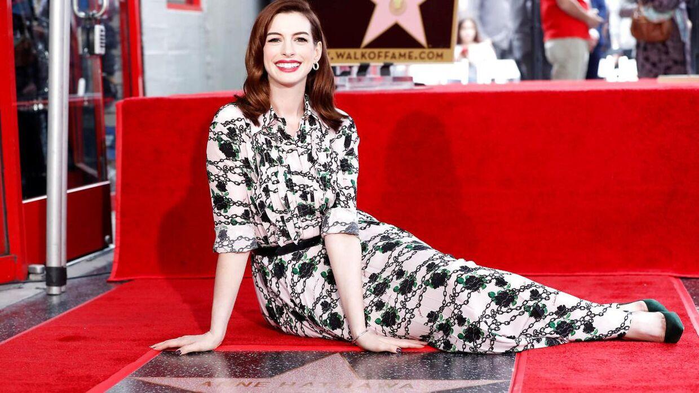 Anne Hathaway i fuld figur foran den stjerne, hun for nylig fik på Hollywood Walk of Fame i Los Angeles.