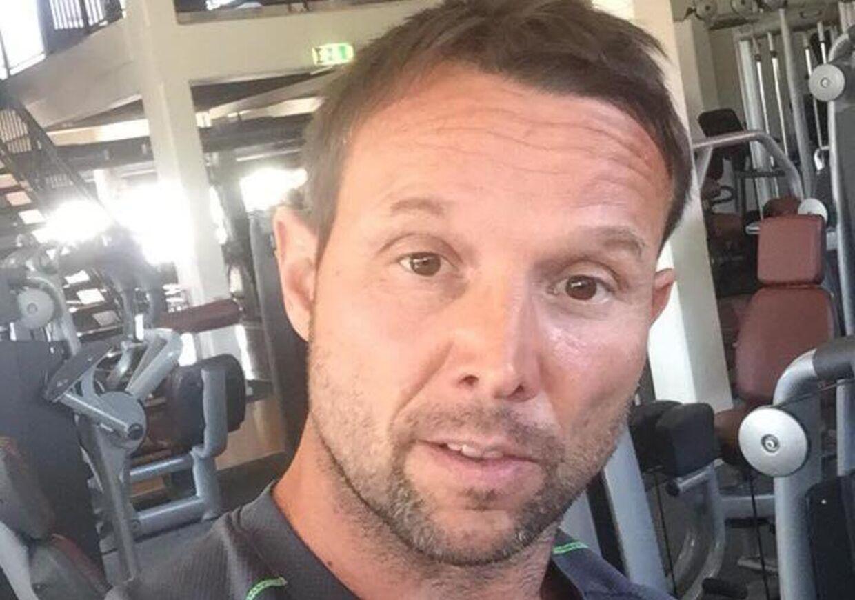 Hjertestarteren i Claus Bøgild Jensens fitnesscenter var løbet tør for strøm, da hans kammerat fik hjertestop.