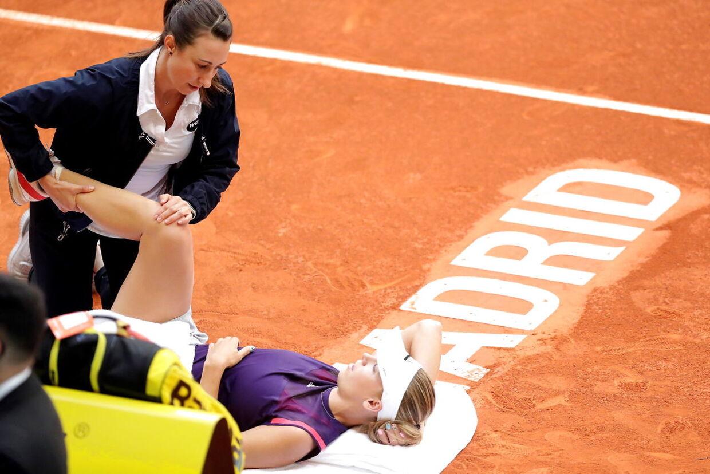 Caroline Wozniacki behandles for en skade ved maj måneds WTA-turnering i Madrid mod franskmanden Alize Cornet.