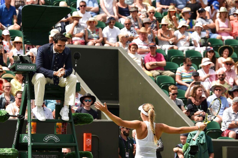 Caroline Wozniacki i diskussion med tennisdommeren Nacho Forcadell under sommerens Wimbledon-turnering, hvor hun tabte til kineseren Zhang Shuai.