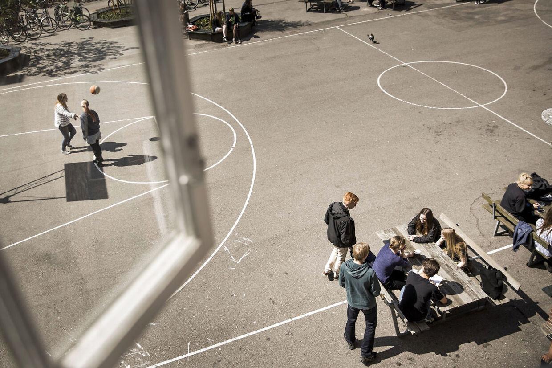 Folkeskoler landet over kommer under tilsyn, fordi de dumper i faglighed og trivsel. Arkivfoto af skolegård (Foto: Thomas Lekfeldt/Scanpix 2014)