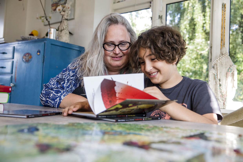 »Man vil jo gøre alt for dine børn,« siger Kathrine Bundgaard. Men som enlig mor, der selv kæmper med at få ordene til at give mening, følte hun ikke, hun kunne hjælpe sin dreng mere, end hun allerede gjorde.