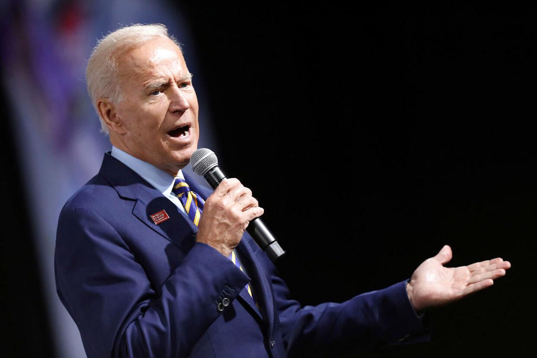 Her ser det ud somom, at Joe Biden synger for at få Stacey Abrams opmærksomhed.