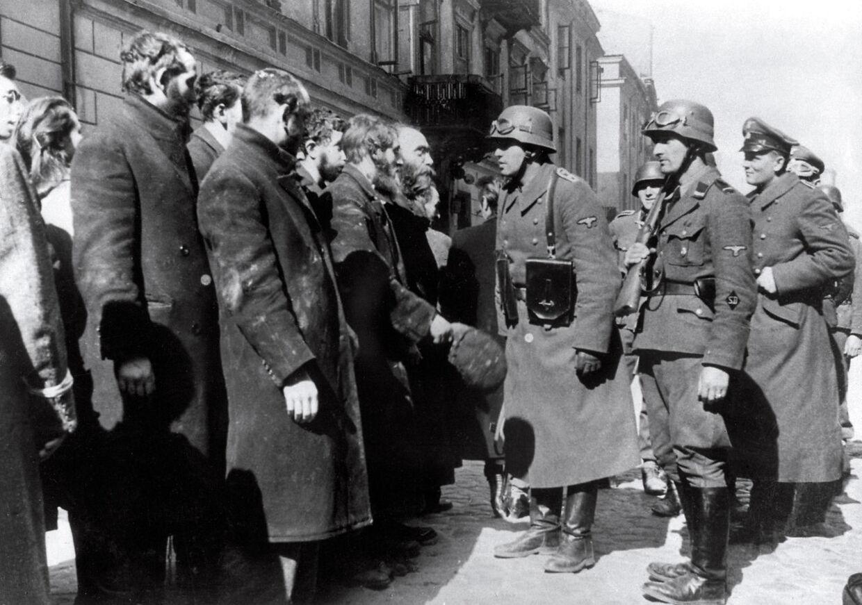 I maj 1943 gjorde 750 jødiske mænd oprør imod den tusindtallige tyske hær i Warzawa. I dag står der et mindesmærke i hovedstadens centrum og spørgsmålet lyder, 'vil Donald Trump lægge en krans og vise sin respekt.«