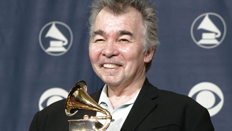 John Prine med en Grammy i 2006. Musikeren har måttet aflyse sin koncert på årets Tønder Festival.