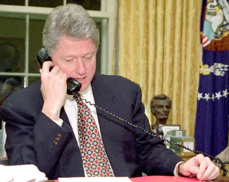 Ifølge diverse sammensværgelsesteorier var Bill Clinton indblandet i Jeffrey Epsteins død. Og Donald Trump puster til ilden.