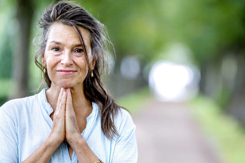 Sangerinden Elisabeth Gjerluff Nielsen har i en ny bog valgt at beskrive sin opvækst i en turbulent søskendeflok.