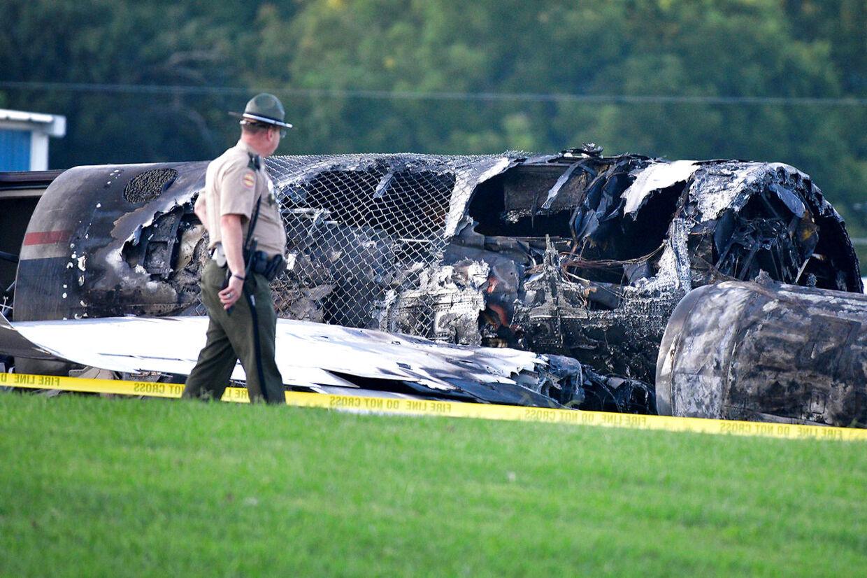 En betjent går forbi vraget af det Cessna-fly, Earnhardt-familien var ombord på.