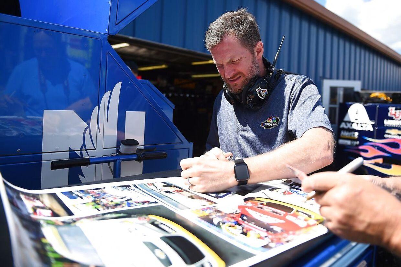 Dale Earnhardt Jr. skriver autografer ved NASCAR-løbet 9. august.