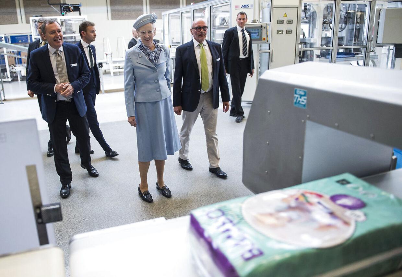 Fabrikken Abena, der blandt andet producerer bleer og bagepapir er så ikke kendt i offentligheden. Men dens succes understreges af, at den fik royalt besøg af dronningen i 2015.
