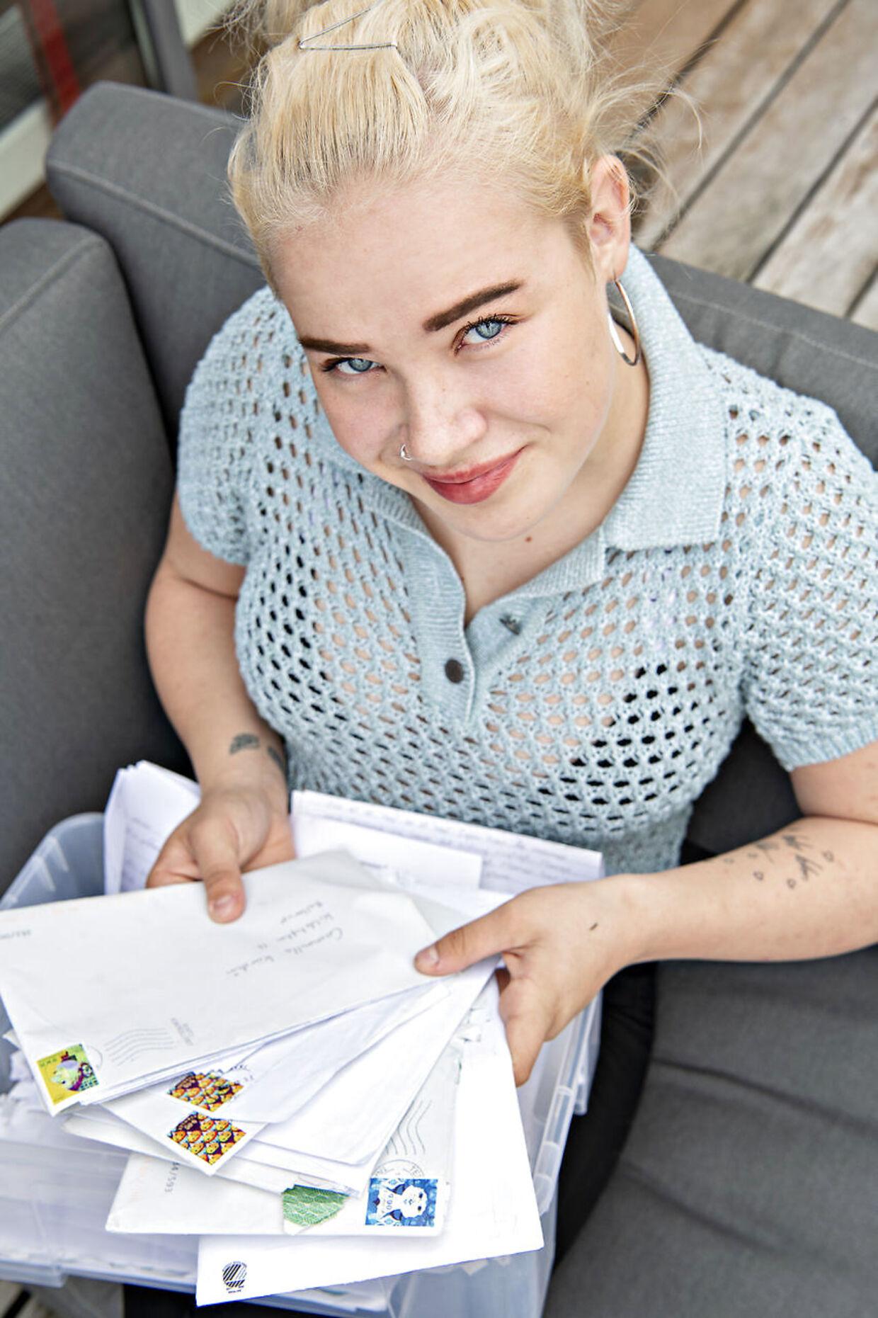 18-årige Cammilla Kürstein viser de mange breve, hun i løbet af de sidste to år har fået tilsendt af den livstidsdømte morder Peter Madsen.