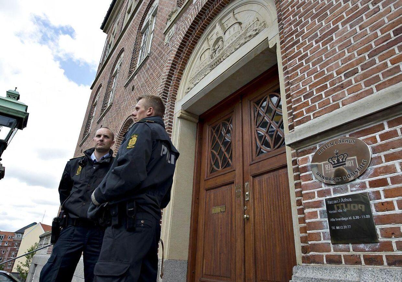 Politi foran Retten i Aarhus. Arkivfoto
