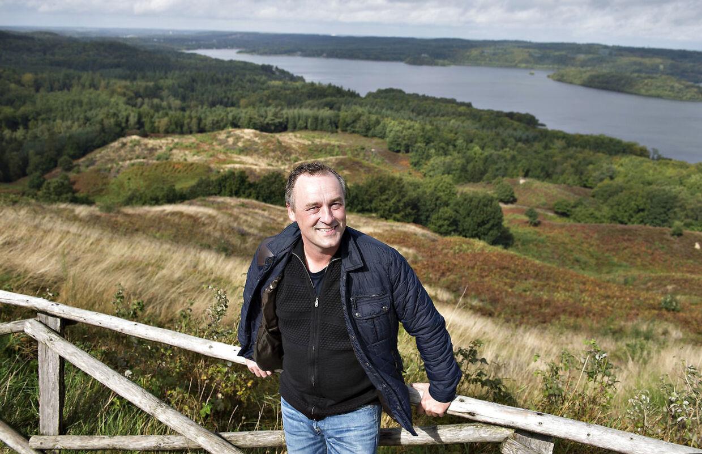 Tv-værten Peter Ingemann bor i Ry ved Himmelbjerget. Her ved tårnet på toppen af Himmelbjerget med Silkeborgsøerne i baggrunden.