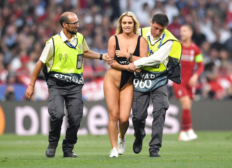 Kinsey Wolanski føres ud efter sit stunt i Champions League-finalen.
