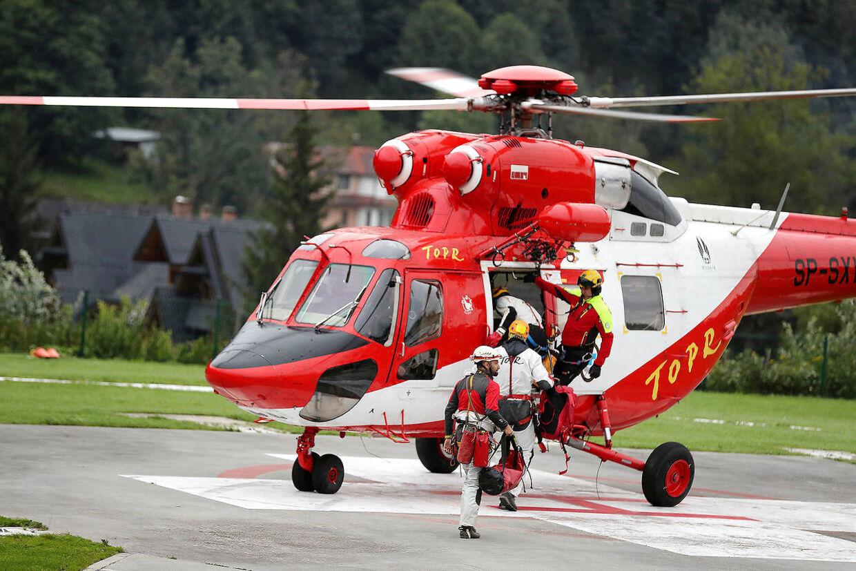 Redningstjenesten flyver fra byen Zakopane til Tatrabjergerne for at hjælpe to personer ud af en grotte.