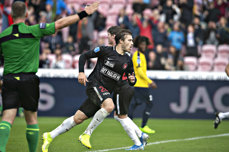 FC Midtjyllands anfører Erik Sviatchenko jubler over sin scoring på hovedstød i søndagens Superliga-kamp mod Hobro IK.