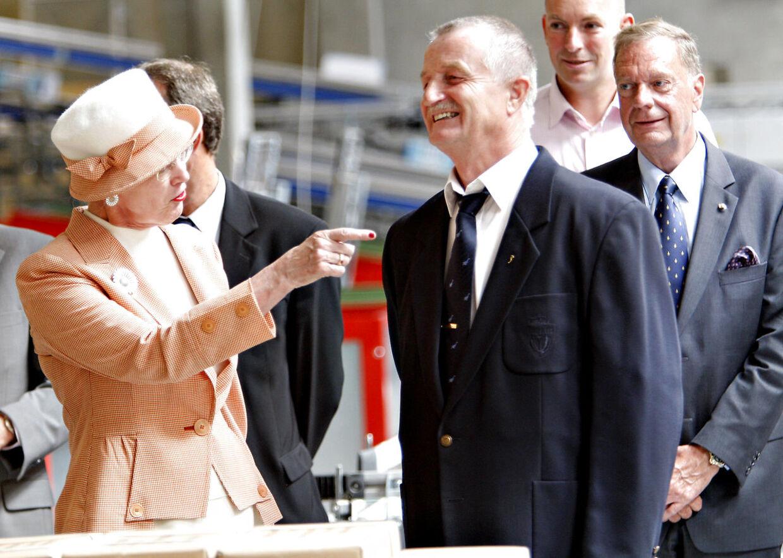 Dronning Margrethe ses her med Lars Larsen, da hun og prins Henrik besøgte Jysks dengang nye store domicil ved Uldum.