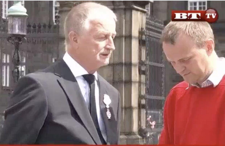 Larsen Larsen blev tålmodigt stående foran Christiansborg Slot for som aftalt at blive interviewet af B.T.s journalist, da han i 2010 blev Ridder af Dannebrog.