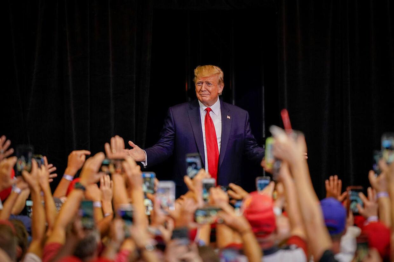 Donald Trump omgivet af fans.