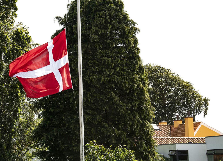 Naboerne satte flagene på halv, da den triste nyhed om Lars Larsens død blev kendt på vejen. Den gule villa i baggrunden er familien Brunsborg Larsens hjem.