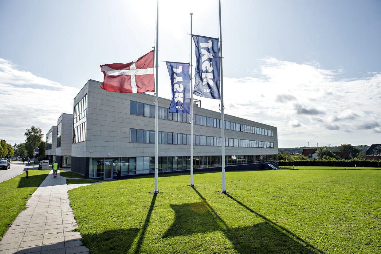 Flagene er på halv stang hos Jysk hovedkvarter i Brabrand ved Aarhus, mandag den 19. august 2019. Lars Larsen, stifteren af Jysk Sengetøjslager, er død.