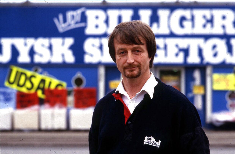 Arkivfoto. Lars Larsen fotograferet foran en af Jysk Sengetøjslagers butikker i januar 1988. (Foto: Ulrich Borch/Ritzau Scanpix)