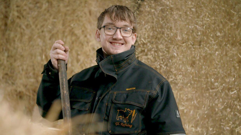 martin glæder sig til at møde den rette pige for ham. Til hverdag arbejder han på en svinefarm i Herning.
