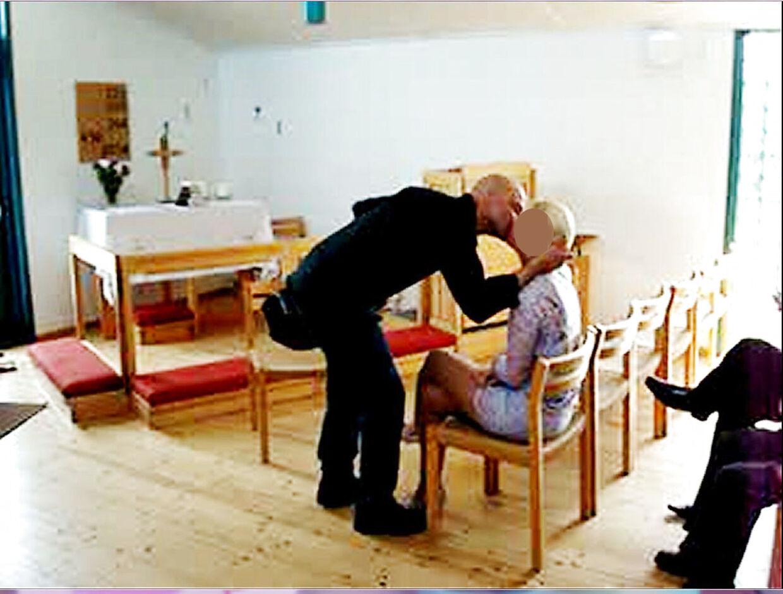 Bjarne Skounborg alias Peter Lundin kysser Betinna Brøns efter deres vielse i 2011.