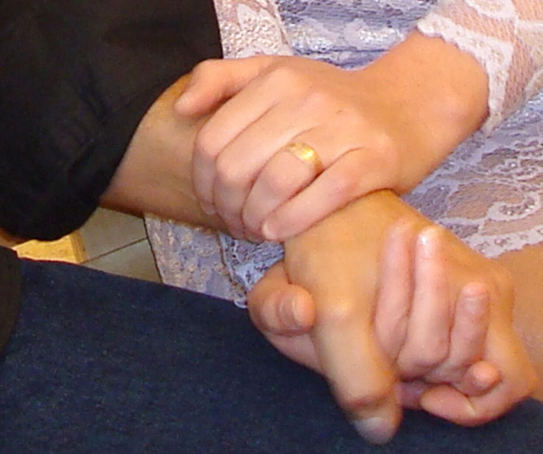 Bjarne Skounborg alias Peter Lundin hånd i hånd med Betinna Brøns ved deres bryllup.