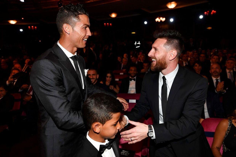 Ronaldo og Messi - ikke mere rivaler, end at de smiler, når de hilser.