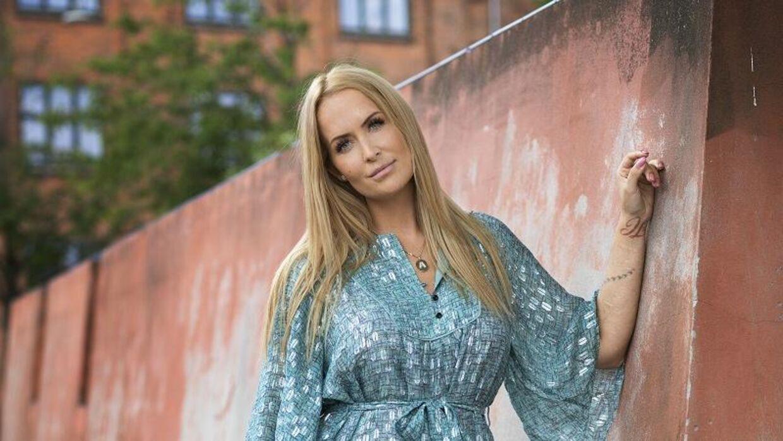 Stephanie Salvarli fortæller, at hun desværre ikke taler med sin onkel og hans kone længere. Den nyeste sæson af 'Familien fra Bryggen' starter 22. august.