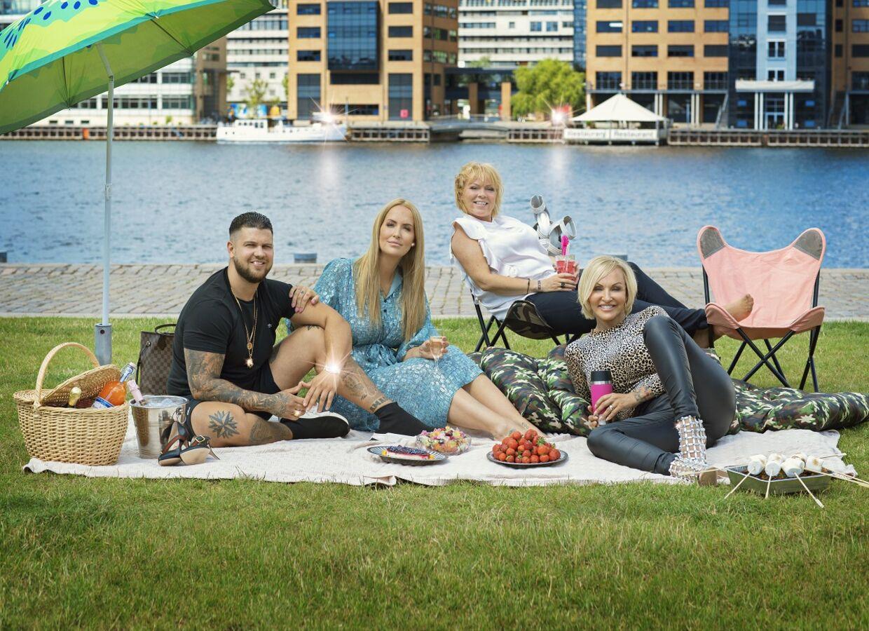 Familien fra Bryggen har premiere 22. august, og det er alle de samme hovedpersoner, fans kan glæde sig til at se. Fra højre ses Cengiz, Stephanie, Didde og Linse.